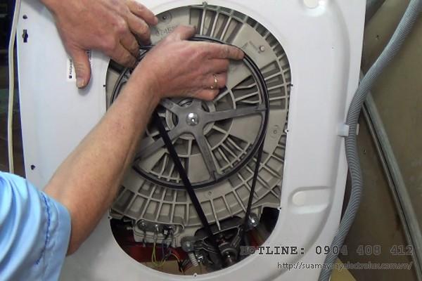 Máy giặt chỉ xả nước mà không giặt do đứt dây curoa