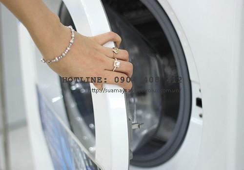 Máy giặt không xả được nước do cửa chưa đóng